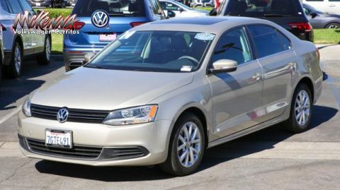 Pre-Owned 2014 Volkswagen Jetta 4dr Auto SE w/Connectivity/Sunroof